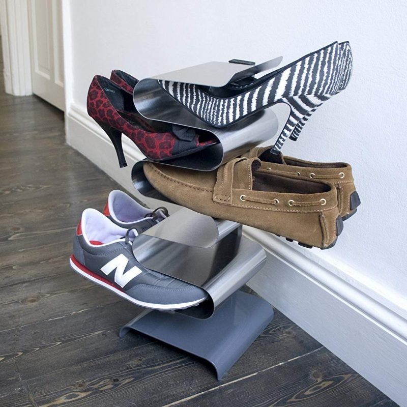 Freestanding curved metal shoe rack