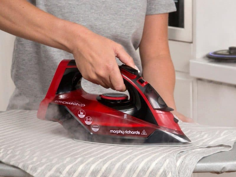 Using a cordless steam iron